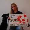 Kickboxweltmeisterin Sonja Kikuta protestiert gegen das Hundemorden in der Ukraine