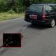 Unmensch schleift Hund hinter Auto